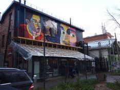 Уличный художник из Москвы расписал здание в центре Нижнего Новгорода